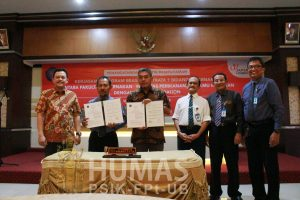 Prof. Suyadi (Dekan Fapet UB) dan Andi Prasetyo (ketua Japfa Foundation) Menandatangani Kerjasama Beasiswa